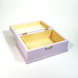 Decoupage technikával készített, rózsákkal a tetején, lilás-rózsaszin tároló doboz.