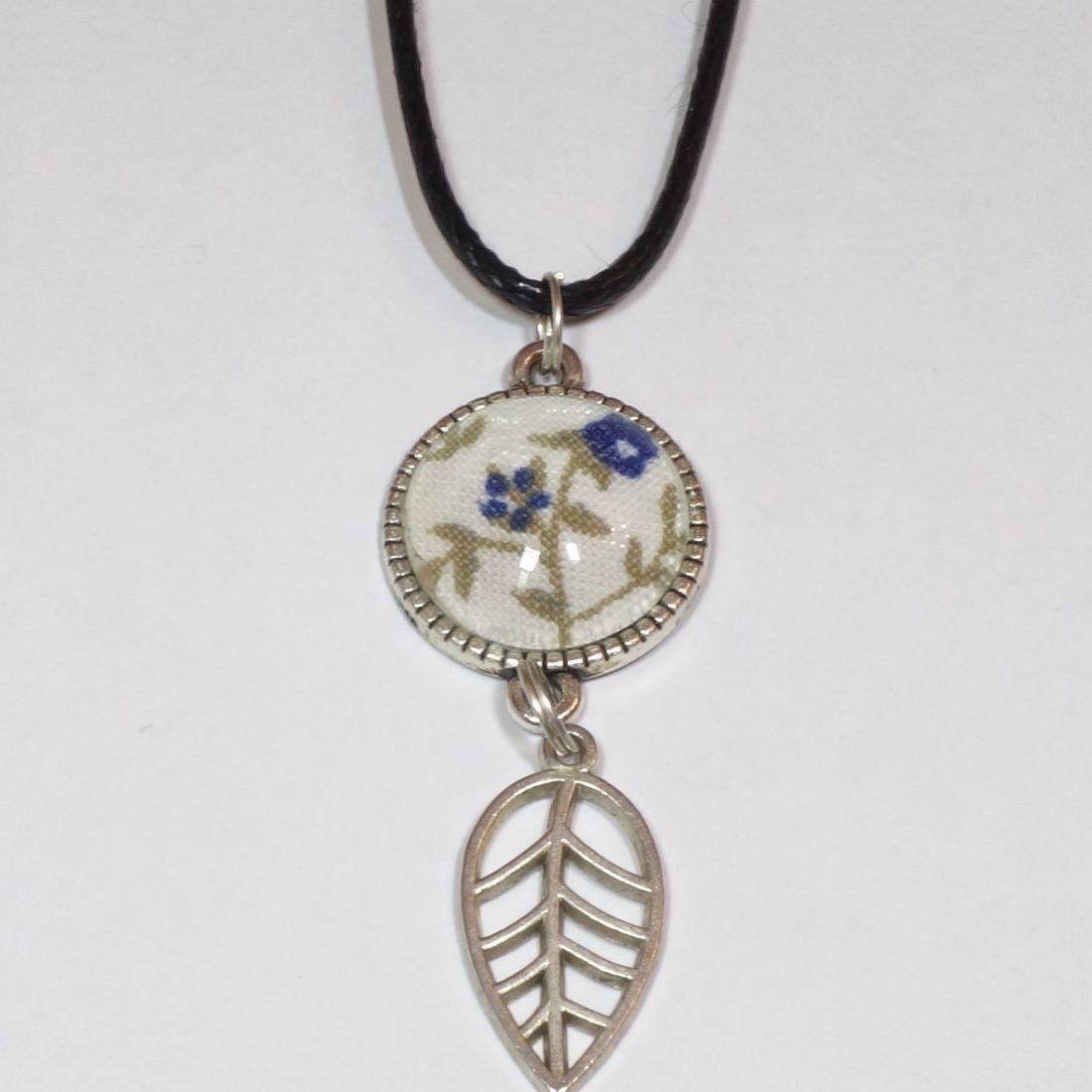 Üveglencsés nyaklánc ezüst színű kerettel, textil díszítéssel