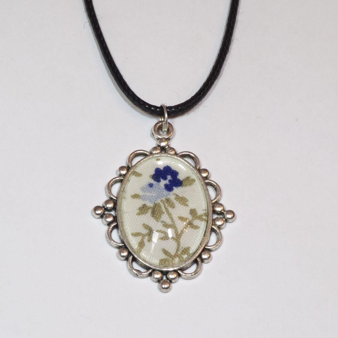 Üveglencsés nyaklánc antik ezüst keretbe foglalt textil díszítéssel