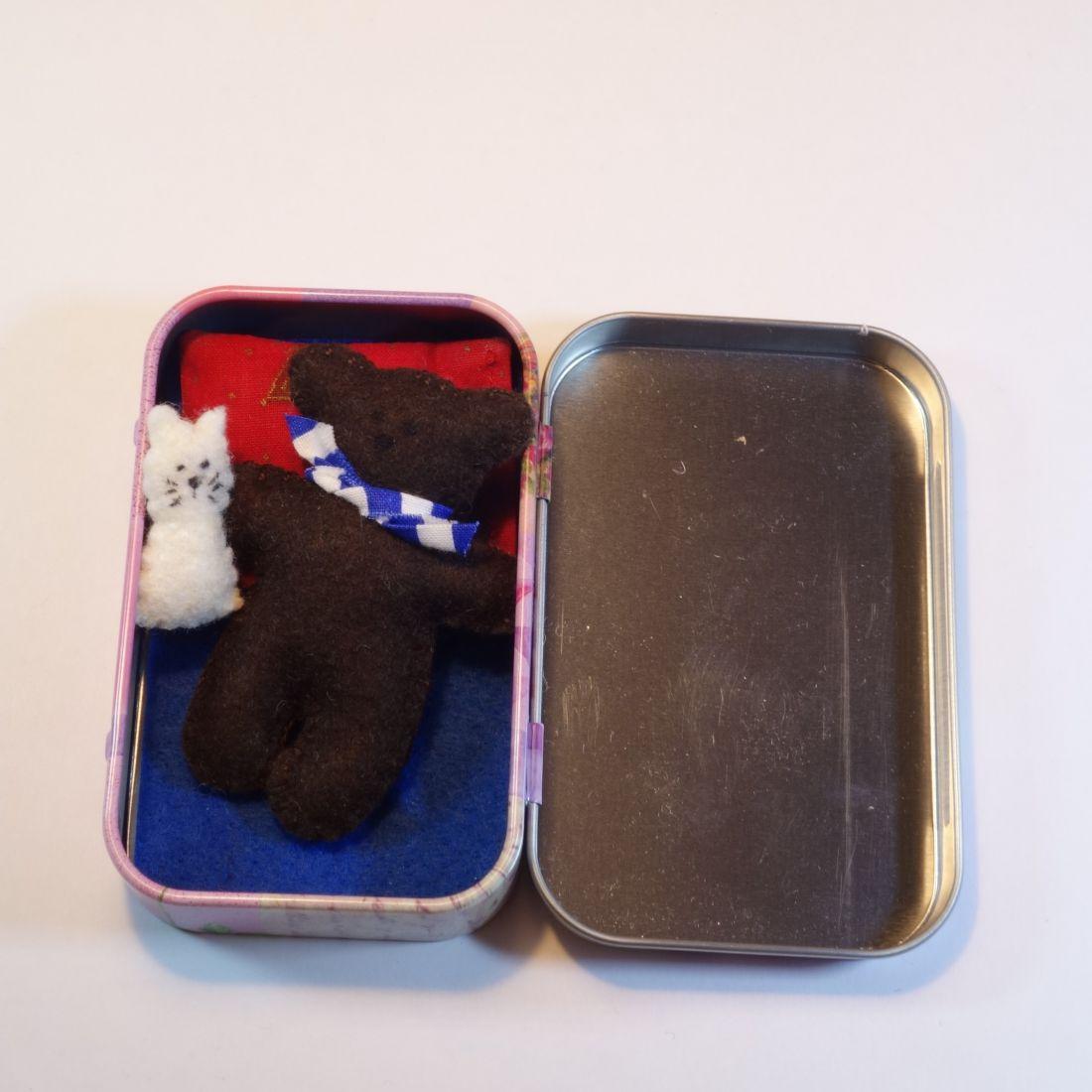 Maci fémdobozban cicával
